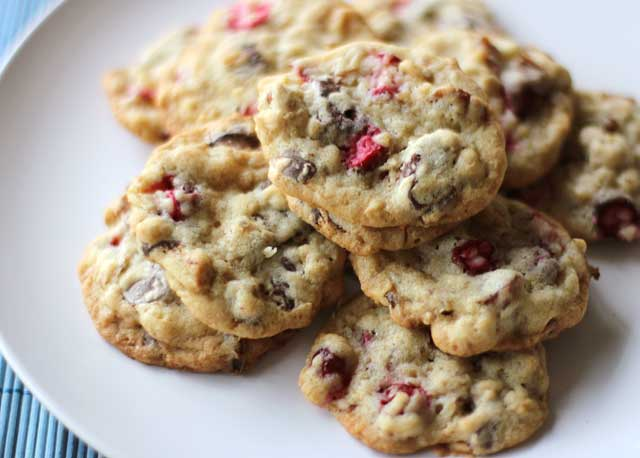Fresh cranberry cookies with oats, pecans, chocolate chips and fresh cranberries kind of remind me of the best muesli cereal, but in a cookie form