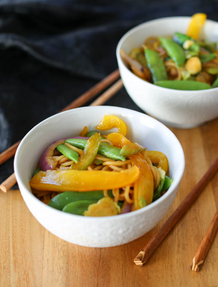 Vegetable lo mein recipe - very simple and quick weeknight dinner. Can be made vegan and vegetarian, as well